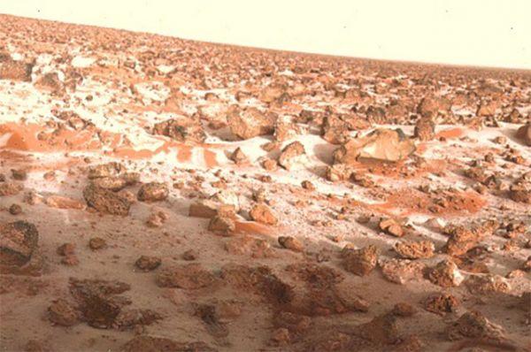 Иней на поверхности Марса. Снимок станции «Викинг-2», май 1979 года.