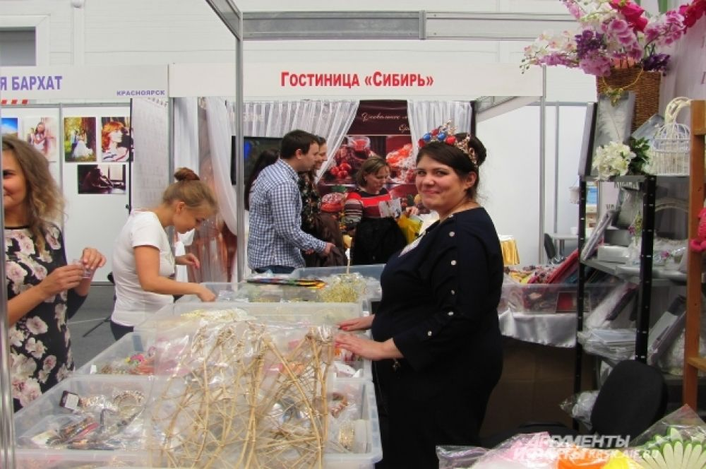 В лавочке, где всё по сто рублей, можно было купить ленты, блёстки, в общем всё, что могло бы создать образ для свадебного или банкетного зала.