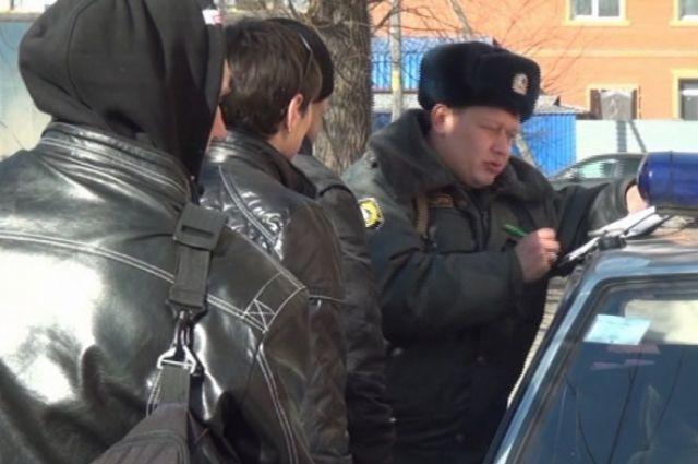 Сотрудники полиции расследуют ограбление ломбарда.