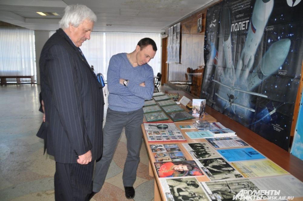 Экспонаты выставки ко Всемирному дню авиации и космонавтики.