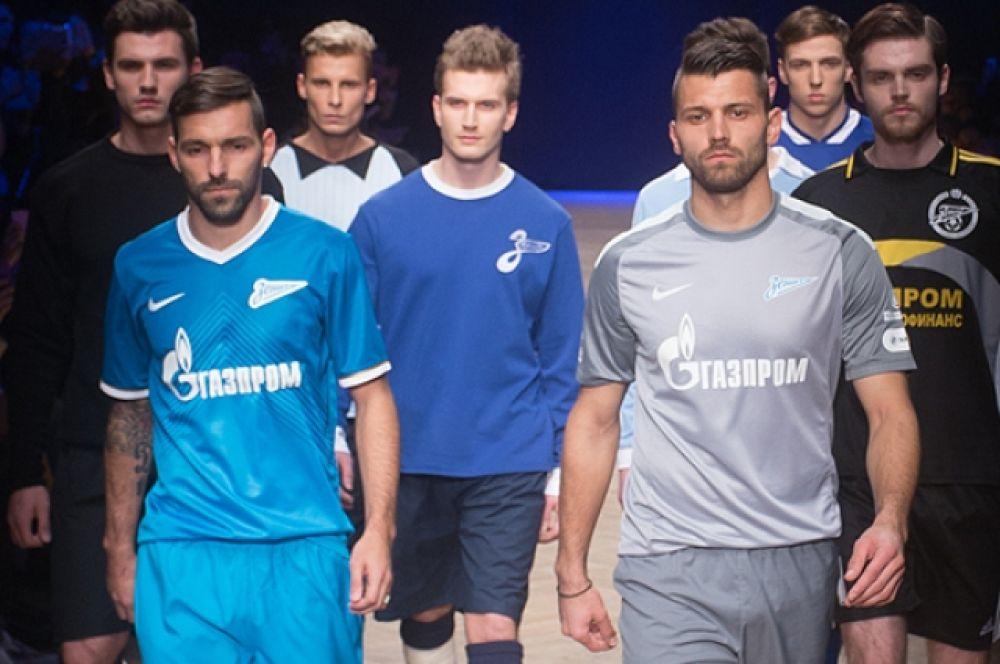 После того как модели представили ретрофутболки, на подиум вышли действующие игроки «Зенита» — Юрий Лодыгин и Данни.