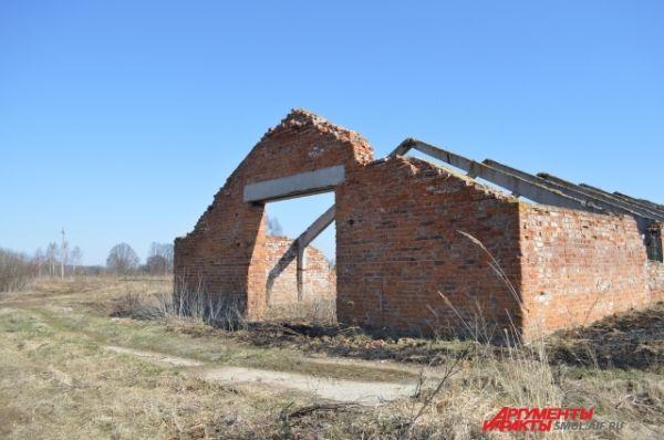 Заброшенное здание фермы в деревне Стайки.