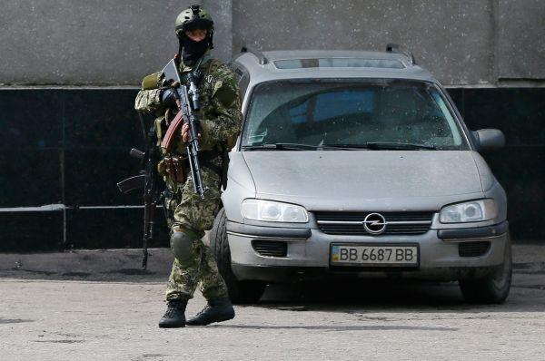 Параллельно появились сообщения о расстреле автомобиля в Славянске. Утверждалось, что в ходе инцидента пострадали двое.