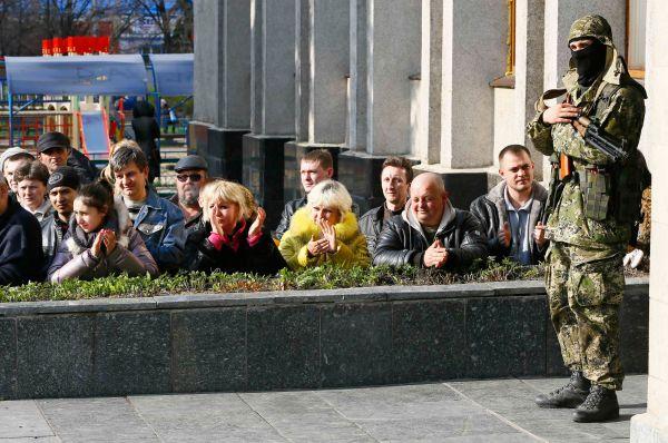 Утверждается, что в окрестностях города Краматорска на севере Донецкой области замечены несколько БТР украинской армии. Поступали сообщения о военной технике, направляющейся в Славянск.