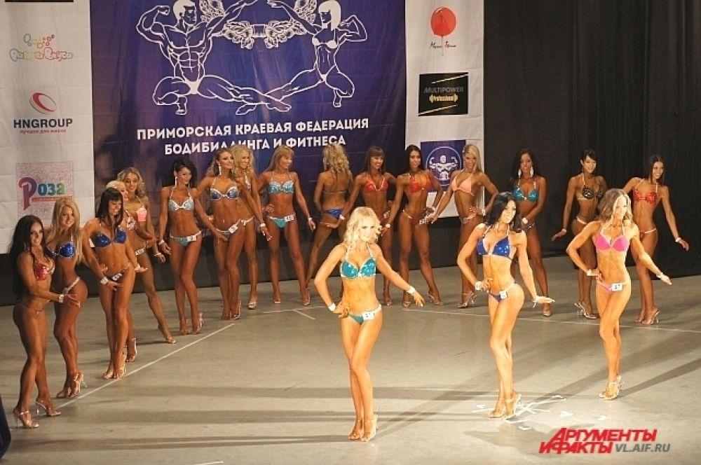 На сцене - конкурсантки по фитнес-бикини.