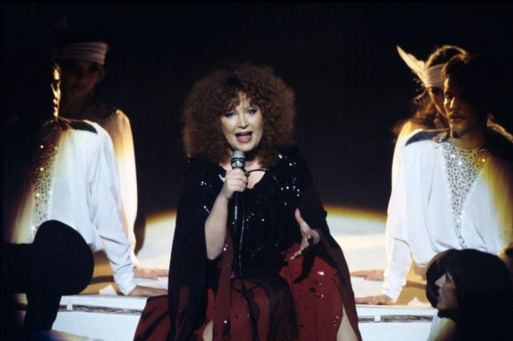Альбомы Пугачёвой издавались также в Финляндии и Швеции, где она была достаточно популярна. В 80-х годах она выпустила в Швеции альбом Watch Out!, который позже был переиздан в СССР под названием «Алла Пугачёва в Стокгольме» - в записи приняли участие музыканты поп-группы ABBA. На фото: концерт Аллы Пугачёвой, 1985 год.