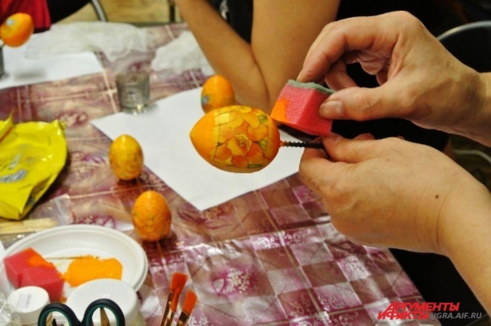 Опустить губку в акриловые краски, по тону и цвету идентичные рисунку на салфетке. Закрасить те места, где нет салфетки. Работа губкой не оставит разводов и полос.