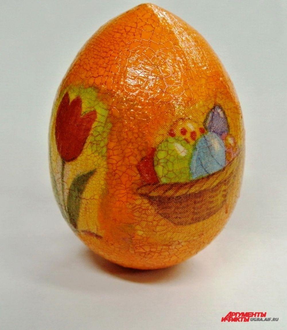 Если Вы захотите придать вашему сувениру состаренный вид, потребуется двухшаговый кракелюр. Нанести его кисточкой на яйцо. Готовые кракелюрные трещины затереть специальными порошками-затирками, или пастелью.