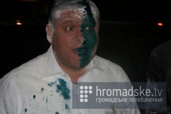 Кандидата в президенты Михаила Добкина облили зеленкой и посыпали мукой