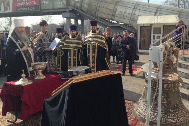 Владыка Тихон освятил колокола храма Архангела Михаила в Новосибирске