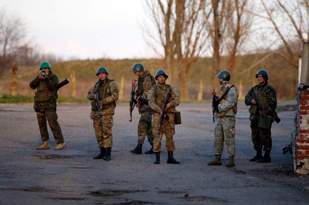 Через некоторое время штурм города прекратился. Военные взяли под контроль въезды и выезды из города, однако отбить аэропорт у ополченцев не удавалось. Несколько раз возобновлялись переговоры.