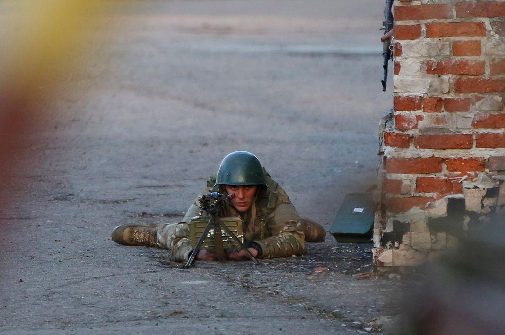 Спустя какое-то время министр внутренних дел Украины Станислав Речинский заявил об освобождении аэропорта от ополченцев. Он отметил, что потерь силовики не понесли.