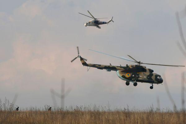Украинские силовики отправили к аэродрому военных и четыре истребителя, предположительно Су-27. Сообщается, что истребители открыли огонь по аэродрому, четыре ополченца погибли и двое ранены.