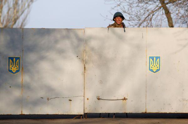 Позже к аэродрому в Краматорске пришли тысячи мирных жителей. Они начали переговоры с военными.