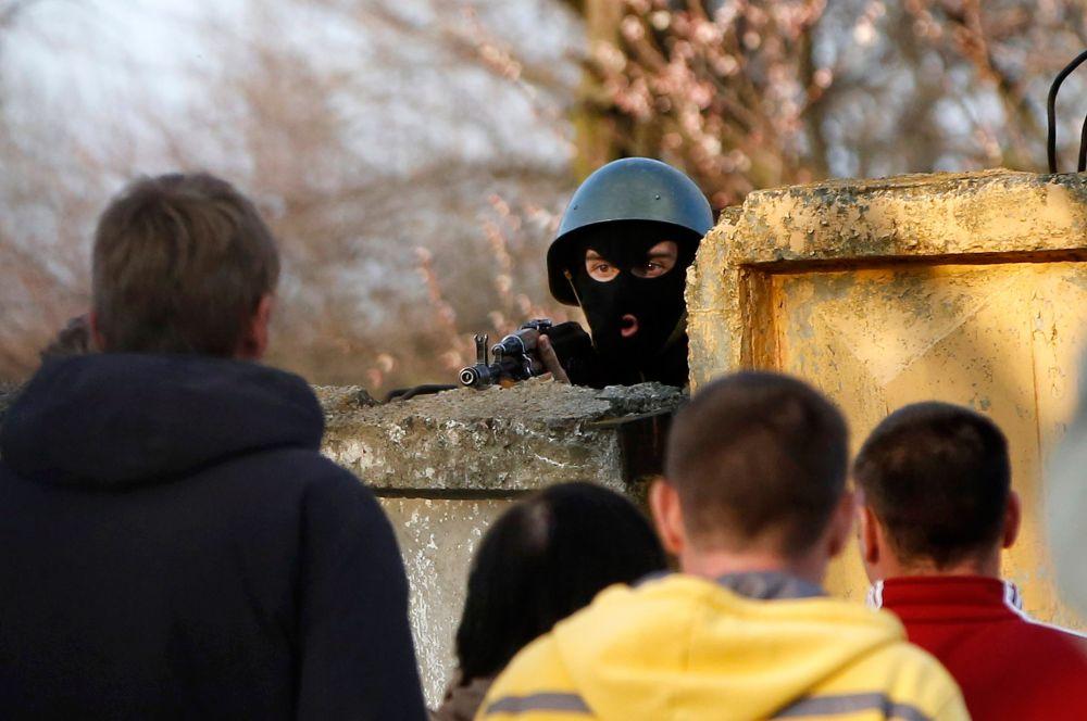 В городе Краматорск Донецкой области сторонники федерализации захватили местный аэропорт.