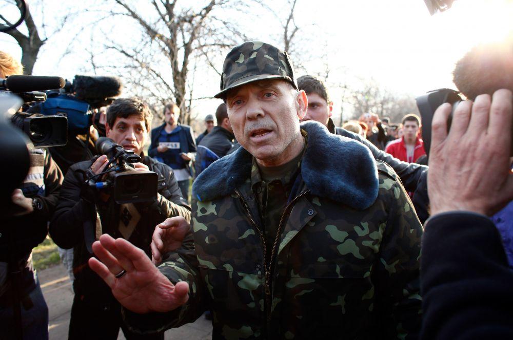 На переговоры с жителями вышел командующий антитеррористической операцией в Донбассе генерал Василий Крутов. Он заявил, что его задача заключается в защите местных жителей и призвал всех разойтись по домам.