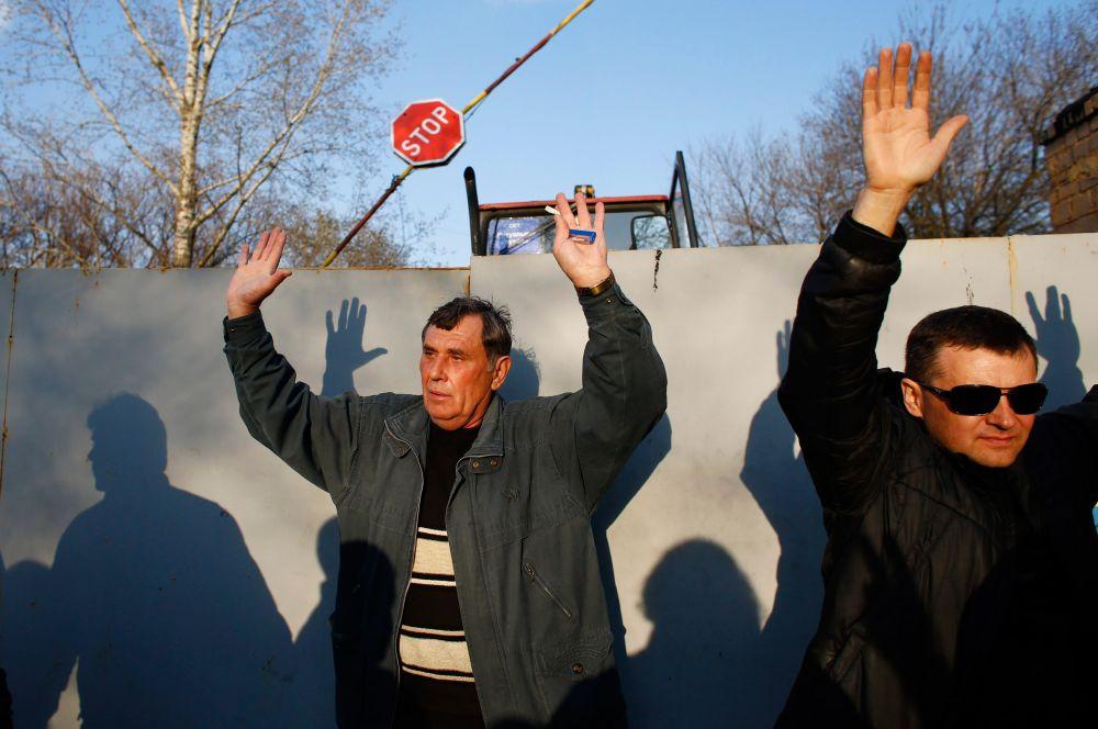 На данный момент ворота аэропорта по-прежнему забаррикадированы местными жителями. Они живым щитом встали на дороге на случай прорыва военных.