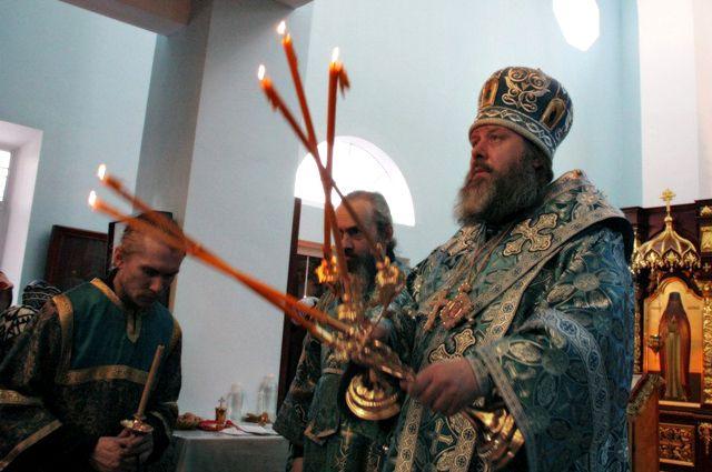 Служба в храме занимает львиную долю времени настоятеля.