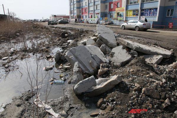 В столице Южного Урала, по данным экологов, выбросы в атмосферу составляют  233 тысяч тонн, при этом автомобильные выхлопы составляют 37%. В Магнитогорске эта цифра чуть больше – 255 тысяч тонн, при этом выбросы от машин занимают лишь 10%. Поселок Чурилово