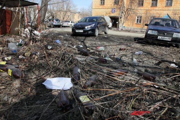 Коммунальщики будто решили взять пример с властей города, которые надеясь на весеннее солнце, решили не убирать снег с дорог. Они также затаились с уборкой мусора, ожидая субботников. Улица Вагнера,78а