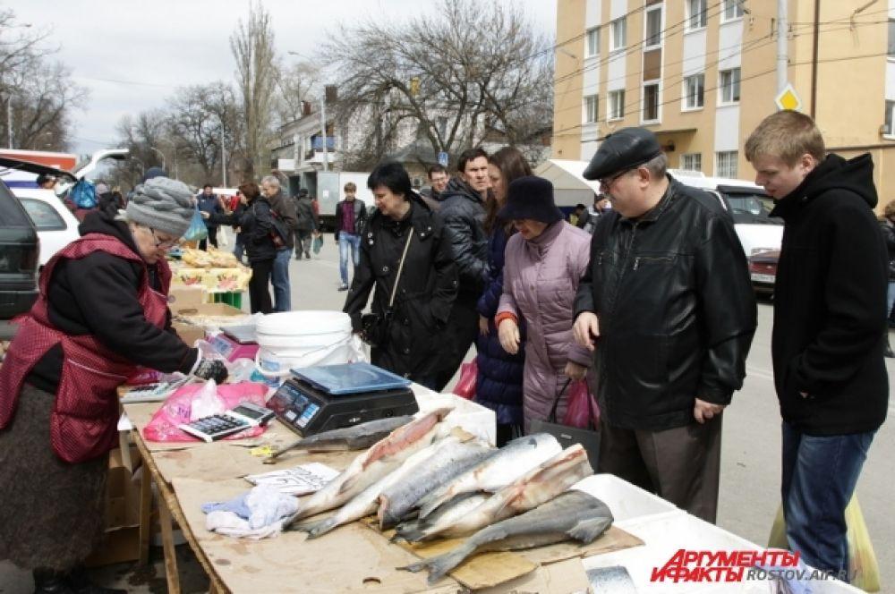 На ярмарках всегда можно купить донскую свежую рыбу.