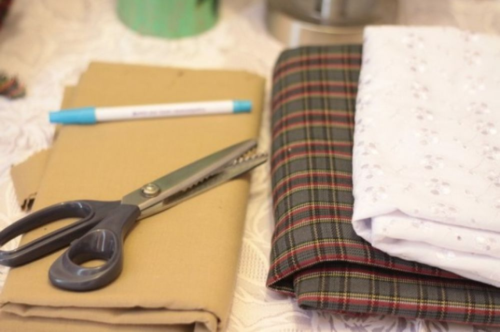 Нам понадобится: ткань для тела куклы, ткань для одежды, ножницы, исчезающий маркер, ну и швейная машина.