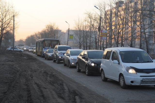 Уже 2 года омичи терпят ежедневные пробки на Завертяева.