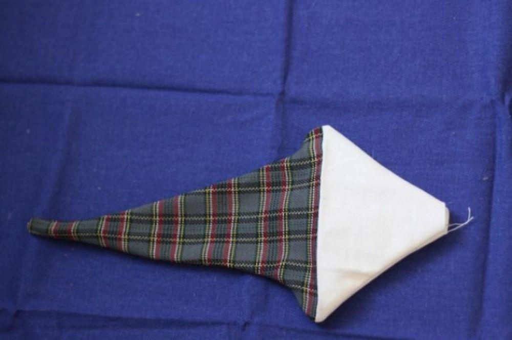 Для шапки сшиваем клетчатую ткань и белую бязь, прошиваем, выворачиваем.