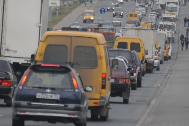 Власти Омска пытаются сократить число пробок на дорогах.