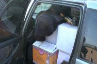 В остановленном автомобиле инспекторы обнаружили 24 коробки с алкоголем