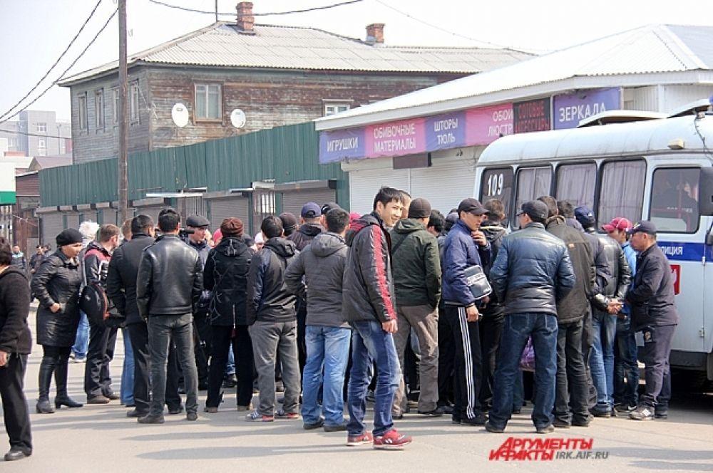 После того, как Виктор Кондрашов уехал, присутствующии скгруппировались вокруг переводчиков.