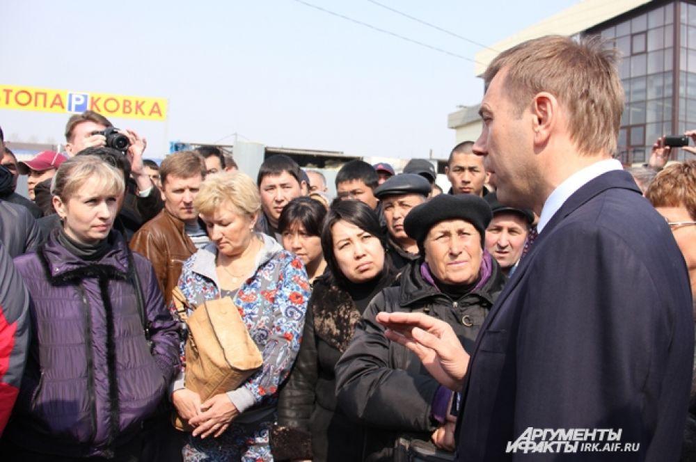 Мэр же, непонимающим языка мигрантам заявил, что открытых рынков в Иркутске не будет уже в ближайшее время.