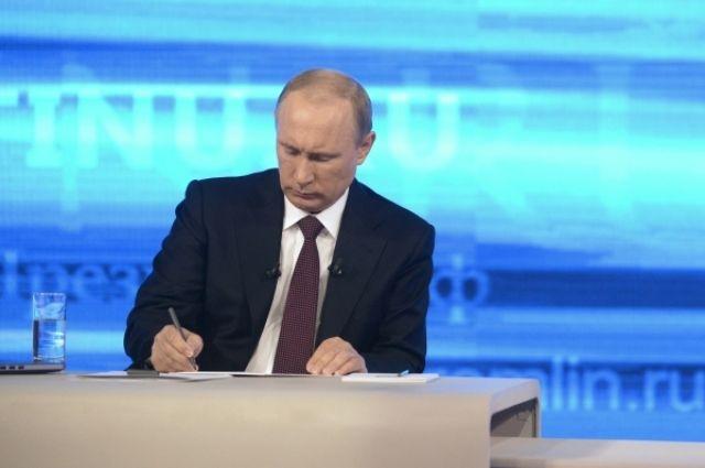 Владимир Путин пообещал разобраться, почему омскому инвалиду не предоставили жилье.