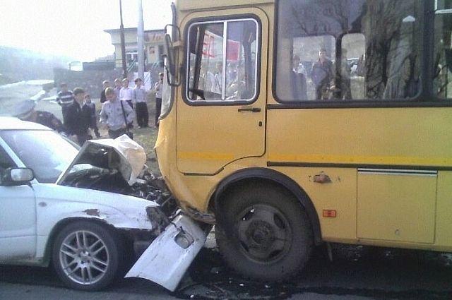 Автолюбитель врезался в школьный автобус.