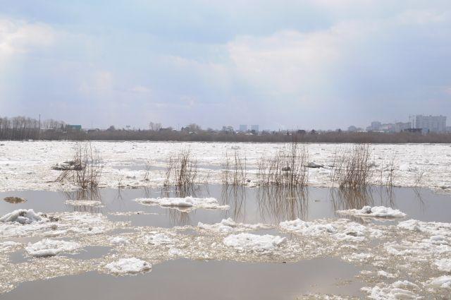 Люди просят спасти их со льдины на озере.