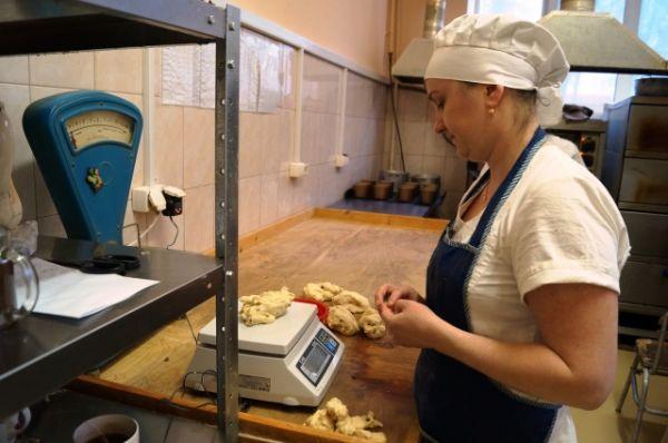 Подготовка к запеканию, кулинар определяет вес порции