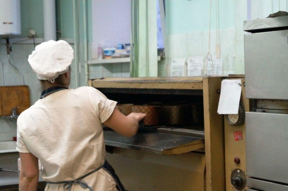 Формочки с тестом отправляют в печь