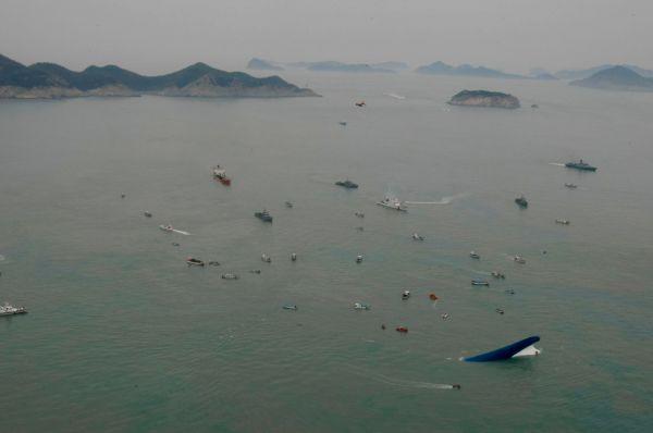 На место происшествия были отправлены семь спасательных кораблей и вертолёт экстренных служб. В первые же часы с тонущего судна были эвакуированы свыше трёхсот человек.