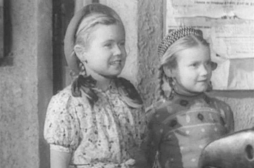 В этот период Немоляева полюбила театр и ходила на все спектакли Театра им. Маяковского.