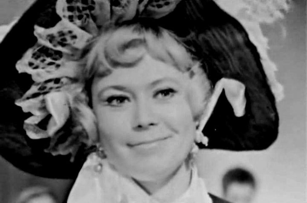В 1960 году Немоляева вышла замуж за Александра Лазарева. Он был зачислен в труппу Театра им. Маяковского вместе со Светланой.