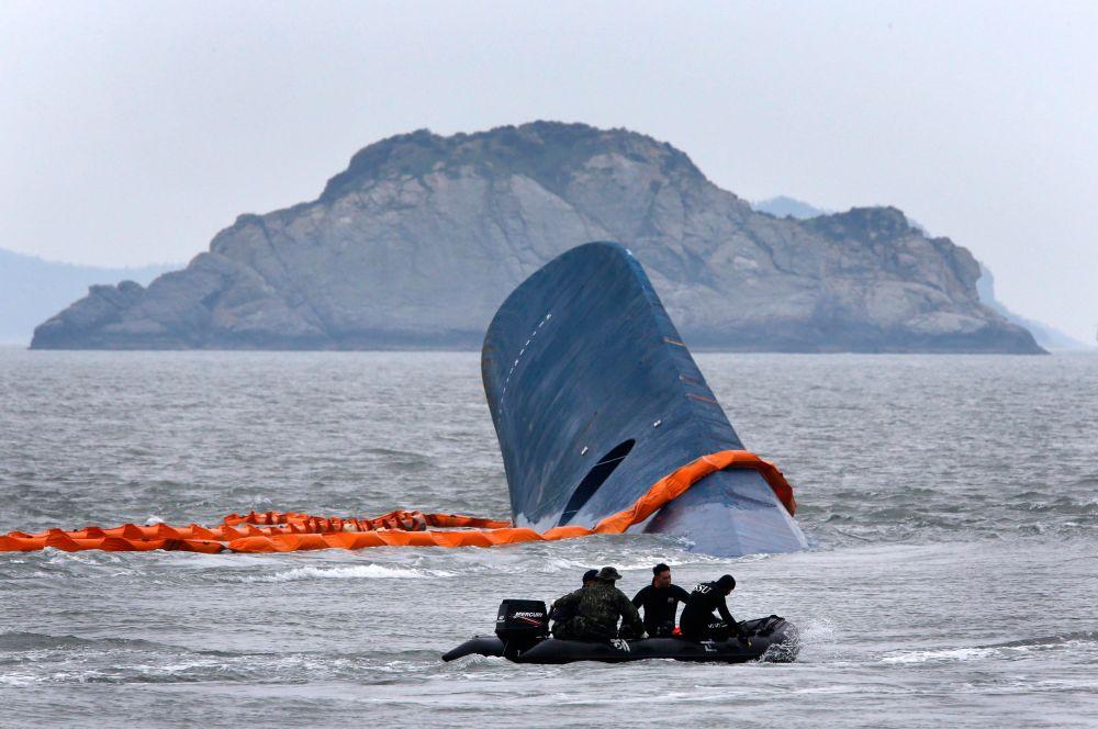 В спасательной операции на сегодняшний день принимают участие 170 судов береговой охраны и флота Южной Кореи, задействованы 550 водолазов.