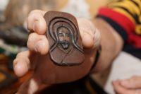 Образ Спасителя Александр Прокофьев сделал из березовой коры