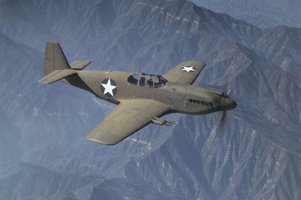 «P-51Мустанг»— первый истребитель, который имел ламинарное крыло, которое позволяло получить дополнительную подъемную силу иувеличить дальность полета.