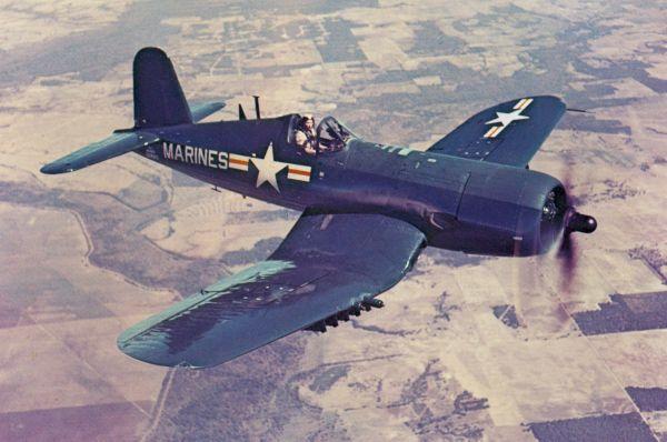 Палубный истребитель «Чанс-Воут F4U Корсар» схарактерным изогнутым крылом посвоим характеристикам превосходил лучшие самолеты противника. Построенный вначале войны, этот истребитель сняли спроизводства только в1952году.