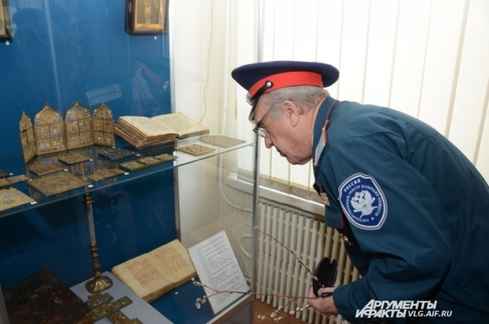 На выставке представлены иконы и редкие богослужебные книги.