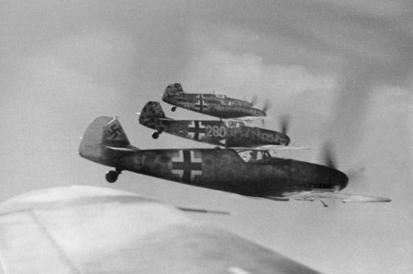 «Мессершмитт 109»— один изсамых известных имассовых истребителей второй мировой войны. Самолет имел огромное количество модификаций, участвовал практически вовсех крупных воздушных сражениях второй мировой. НаMe-109 летал самый результативный асвторой мировой войны Эрих Хартман, сбивший 352 самолета противника.