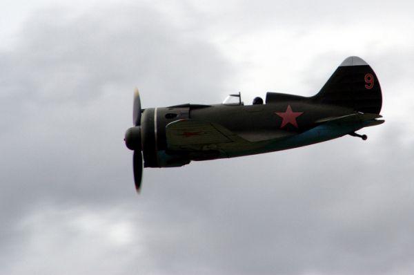 И-16— истребитель, принявший первый удар немецких войск в1941году. Один изсамых массовых советских истребителей, наначало войны онбезнадежно устарел. Однако именно нанем советские летчики противостояли немецким асам вначале войны.