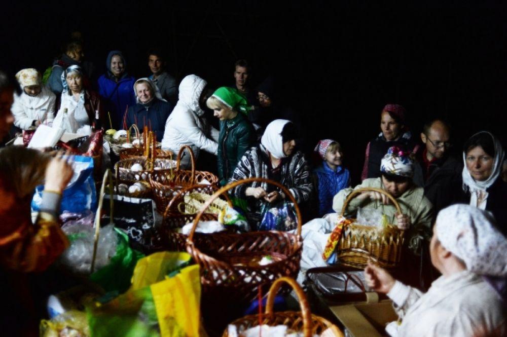 Прихожане перед освящением пасхальных куличей в скальном монастыре святого мученика Феодора Стратилата в Бахчисарайском районе Крыма.