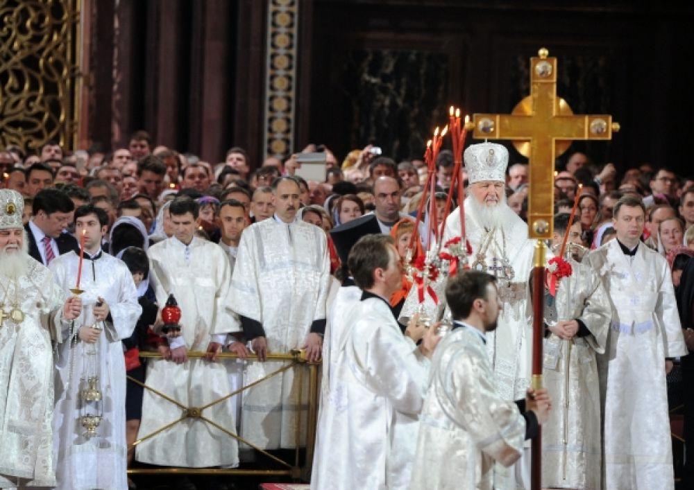 Праздничное пасхальное богослужение в храме Христа Спасителя в Москве.