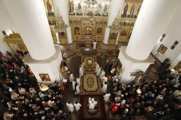 Пасхальное богослужение в Успенском соборе Ярославля.